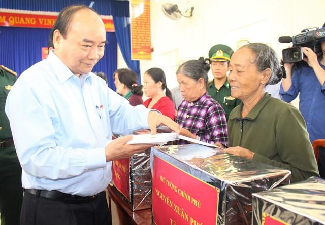 Thủ tướng Nguyễn Xuân Phúc thăm, hỏi tặng quà cho bà con huyện Núi Thành.