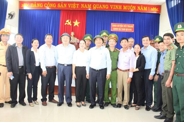 Thủ tướng Nguyễn Xuân Phúc chụp ảnh lưu niệm bà con huyện Núi Thành.