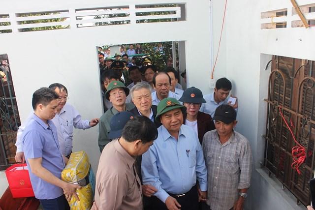 Thủ tướng Nguyễn Xuân Phúc động viên, thăm hỏi người dân bị thiệt hại do mưa bão ở Quảng Ngãi.