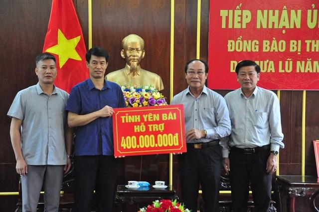 Mặt trận tỉnh Quảng Nam tiếp nhận 400 triệu đồng của tỉnh Yên Bái ủng bà con lũ lụt.