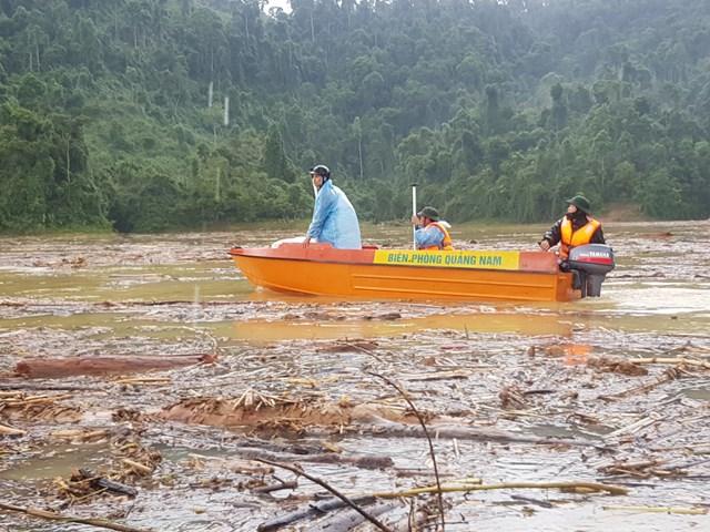 Dùng cano tổ chức tìm kiếm nạn nhân.
