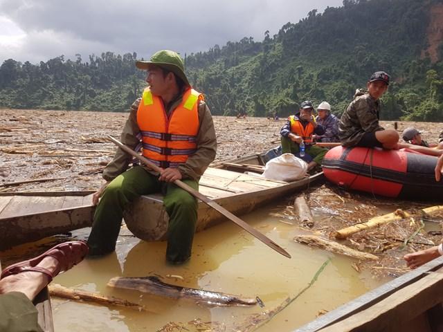 Ngoài dùng cano, lực lượng chức năng còn dùng thuyền chèo tay để tìm các nạn nhân.