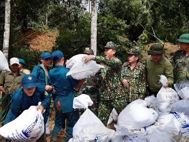 Bộ đội, dân quân quyết tâm cõng lương thực đến với bà con xã Phước Thành.