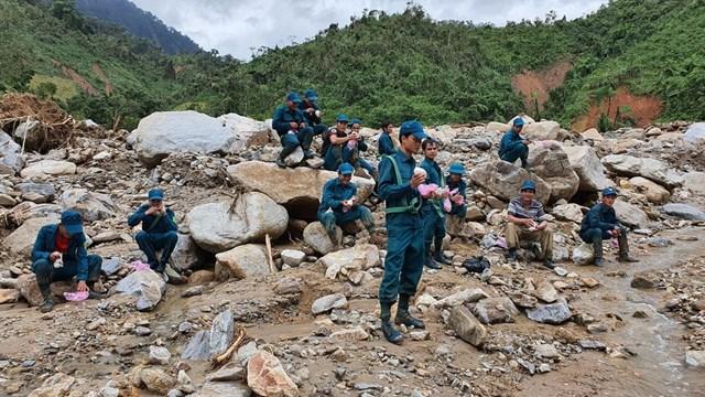 Lực lượng dân quân tranh thủ ăn trưa giữa đường.
