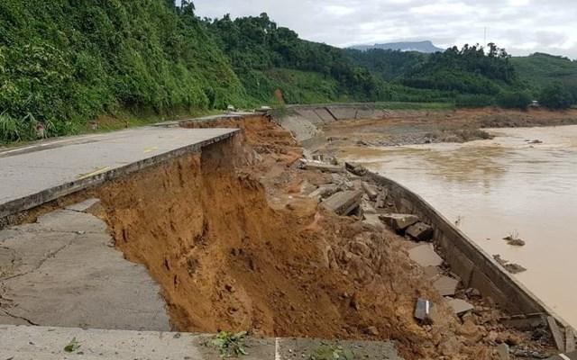 Nước lũ khiến tuyến đường Hồ Chí Minh đoạn qua huyện Nam Giang sạt lở.