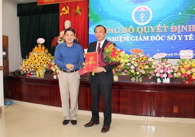 Ông Mai Văn Mười (người cầm hoa) được bổ nhiệm làm Giám đốc Sở Y tế Quảng Nam.