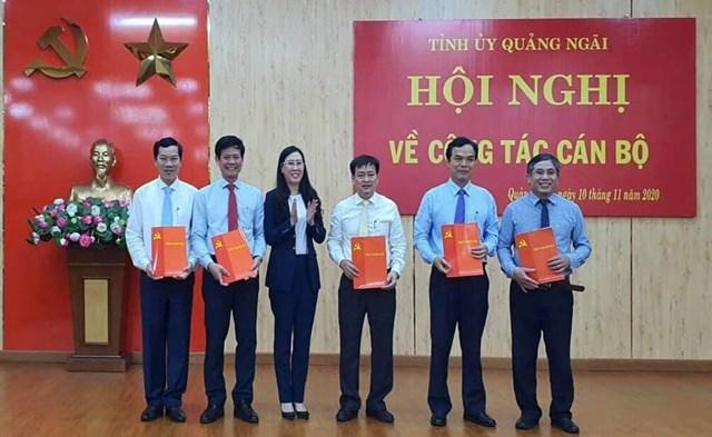 Bí thư Tỉnh ủy Quảng Ngãi Bùi Thị Quỳnh Vân trao các quyết định điều động, phân công cán bộ.