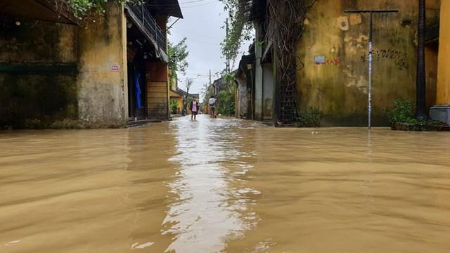 Một số tuyến đường phố cổ Hội An bị ngập nặng.