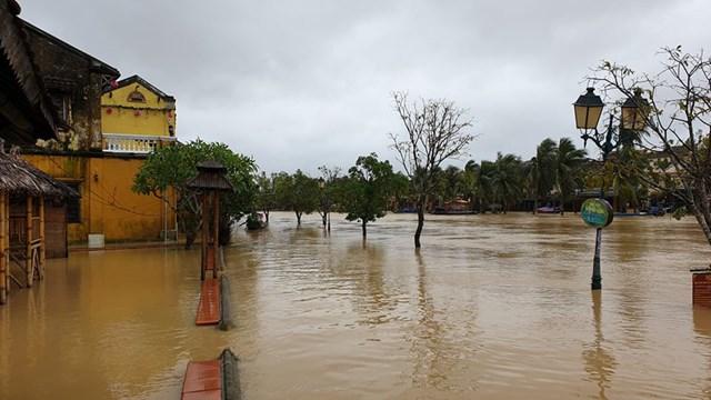 Đường Bạch Đằng có nơi ngập nước hơn 1 m.