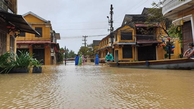 Người dân sử dụng ghe đi lại đoạn đường Nguyễn Thái Học.