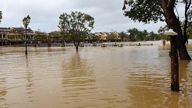 Thủy điện xả lũ cộng với mưa to nhiều nơi ở Hội An chìm trong biển nước.