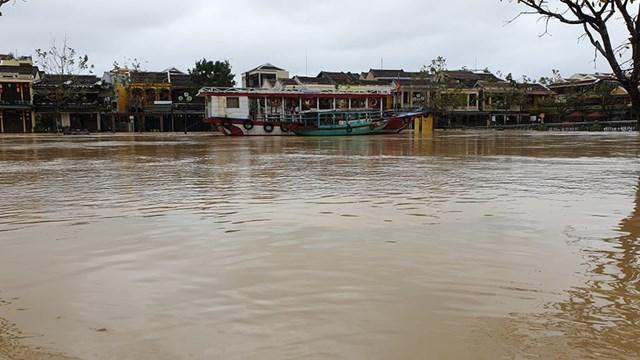 Nước sông Hoài ngày một dâng cao.
