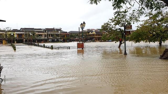 Nước nhấn chìm cây cầu An Hội bắt qua sông Hoài.