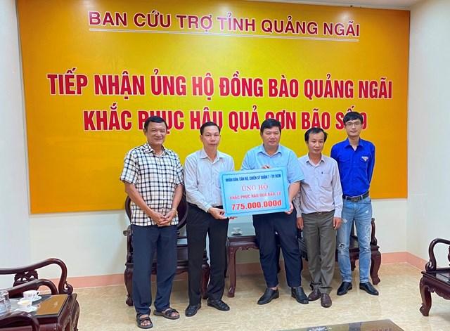 Ông Bùi Đức Thọ, Phó Chủ tịch Ủy ban MTTQ Việt Nam tỉnh tiếp nhận tài trợ.