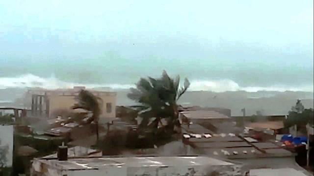 Mưa to gió lớn xuất hiện trên dảo Lý Sơn.