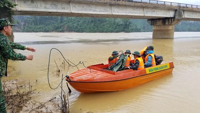 Lực lượng chức năng nỗ lực tìm kiếm các nạn nhân mất tích ở xã Phước Lộc.