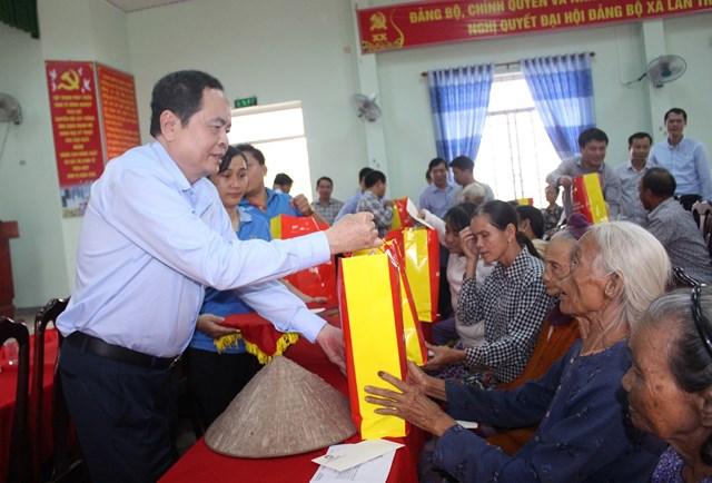 Chủ tịch Trần Thanh Mẫn tặng quà cho các hộ dân ở xã Bình Phước bị thiệt hại do mưa bão.