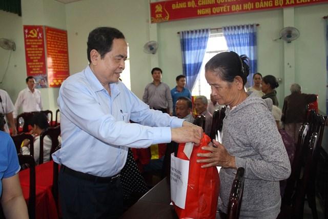 Chủ tịch Trần Thanh Mẫn thăm hỏi, tặng quà bà con vùng lũ.