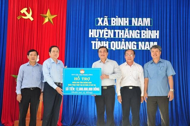 Ông Trần Thanh Mẫn trao 12 tỷ đồng hỗ trợ nhân dân khắc phục hậu quả mưa bão.