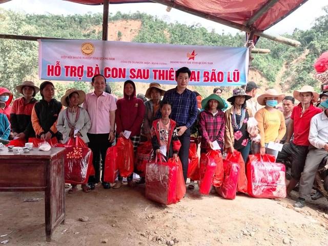Lãnh đạo HHDN Quảng Nam cùng các doanh nhân đã chia sẻ khó khăn với bà con xã Phước Thành.