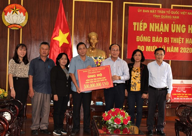 Mặt trận tỉnh Quảng Nam tiếp nhận 500 triệu đồng ủng hộ khắc phục thiên tai.