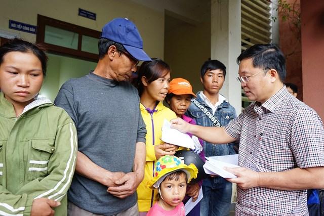 Chủ tịch UBND tỉnh Quảng Nam tặng quà cho bà con xã Phước Thành.