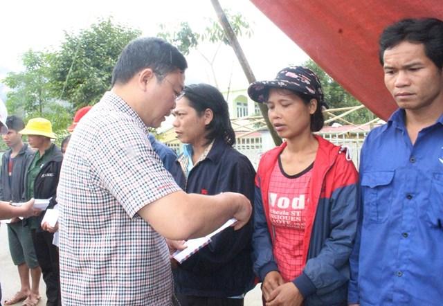 Ông Lê Trí Thanh tặng quà cho bà con xã Phước Lộc.