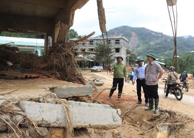 Chủ tịch UBND tỉnh Quảng Nam (chống tay) kiểm tra sạt lở Phước Thành.