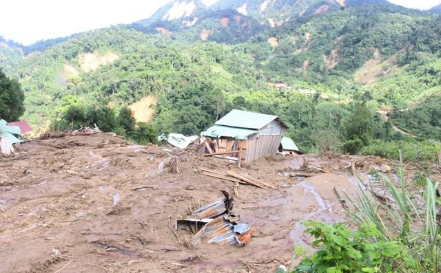 Một góc các ngôi nhà bị lũ ống cuốn trôi hư hỏng ở xã Phước Lộc.