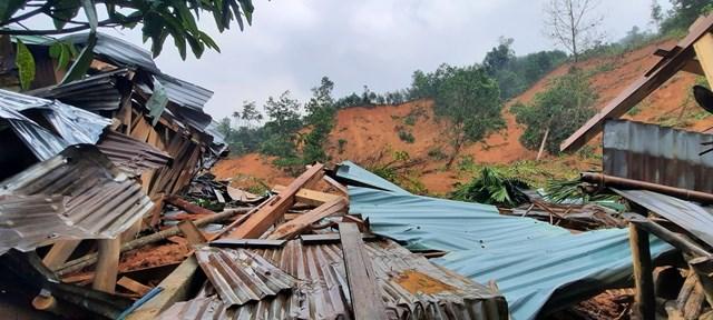 Sạt lở đất ở Trà Vân chôn vùi và làm hư hỏng nhiều nhà cửa của người dân.