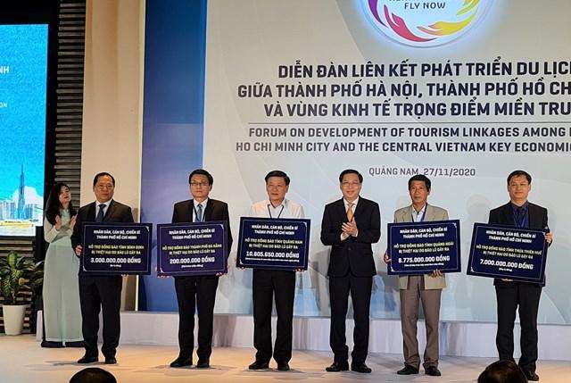 Ủy ban MTTQ Việt Nam TP Hồ Chí Minh hỗ trợ đồng bào bị thiệt hại do bão mũ các tỉnh miền Trung.