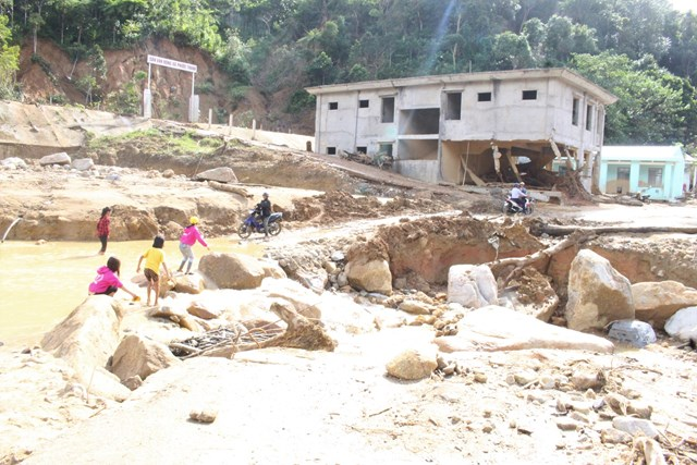 Lũ quét làm hư hỏng nặng nề đường vào trung tâm xã Phước Thành.