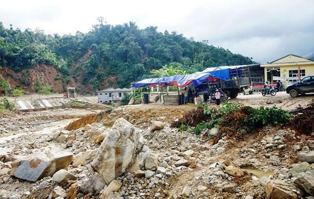 Một góc ở xã trung tâm Phước Thành sau trận lũ quét vừa qua.