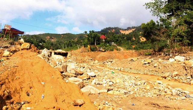Thôn 2 xã Phước Thành sau lũ quét, đất đá ngổn ngang, công trình sập hư hỏng.