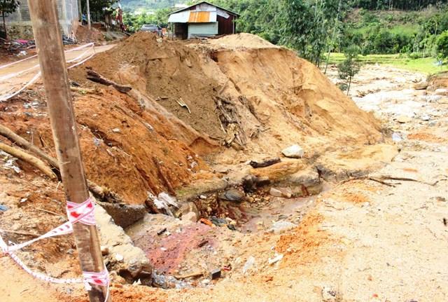 Một số ngôi nhà xã Phước Thành nguy cơ tiếp tục sập đổ bất cứ lúc nào.