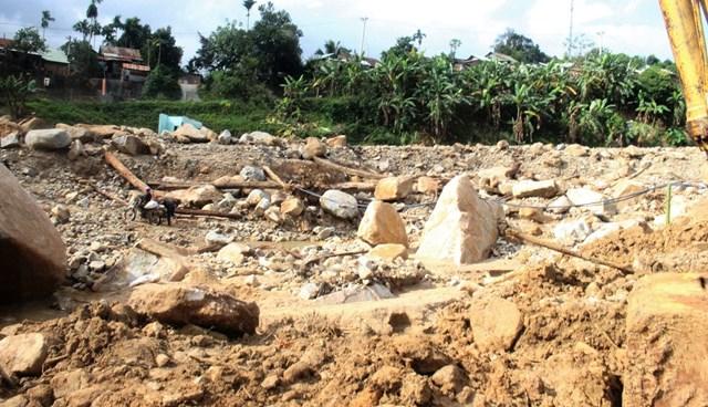 Xóm làng chỉ còn lại đất đá.