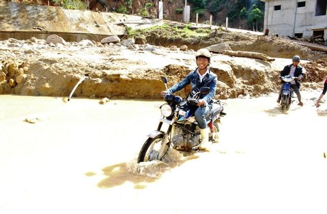Dù được thông tuyến nhưng con đường vẫn còn bùn lầy.