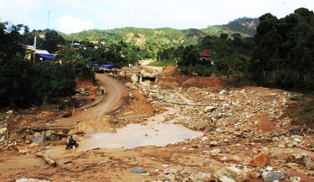 Đường làng thành sông suối.