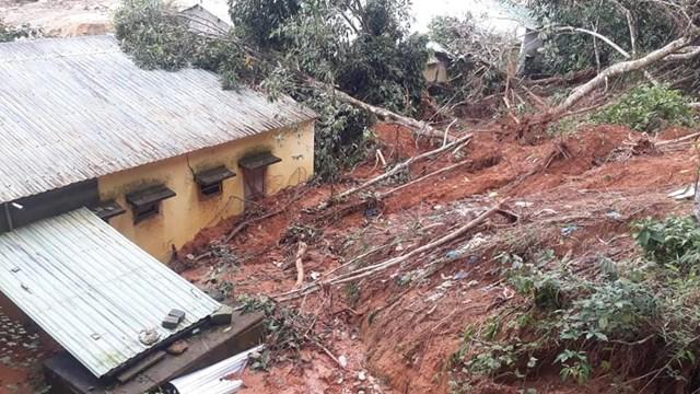 Trường Tiểu học và THCS Phước Thành đất đá sạt lở tràn xuống.