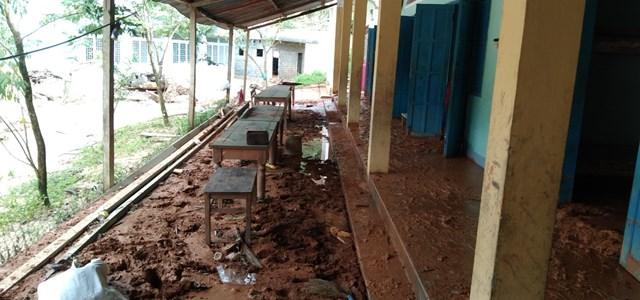 Một góc Trường Tiểu học và THCS Phước Thành dày đặt bùn đất.