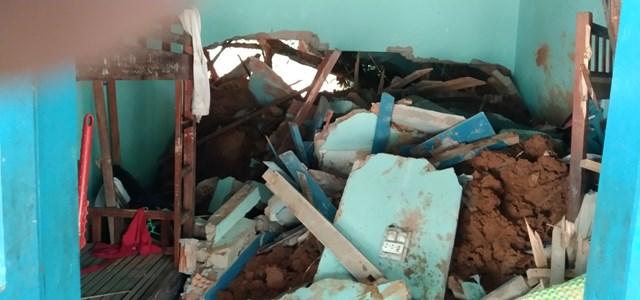 Một số mảng tường của Trường Tiểu học và THCS Phước Thành hư hỏng nặng.