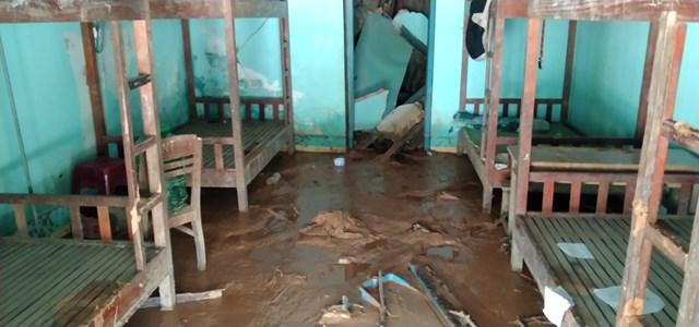 Nơi bán trú học sinh bùn đất tràn vào.