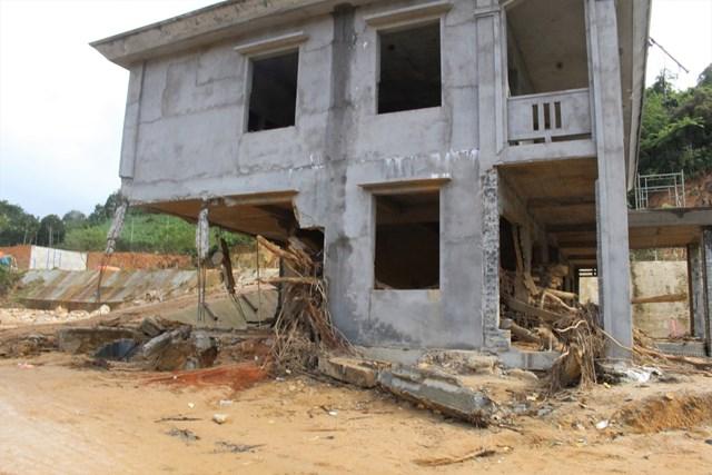 Trường mầm non xã Phước Thành gãy trụ sau trận lũ quét.