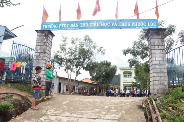 Các em học sinh Trường Phổ thông dân tộc bán trú Tiểu học và THCS Phước Lộc đi học trở lại.