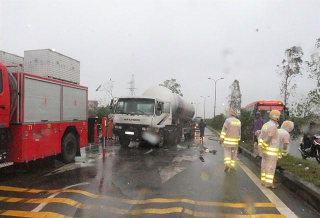 CSGT Công an Quảng Nam phân luồng điều tiết giao thông.
