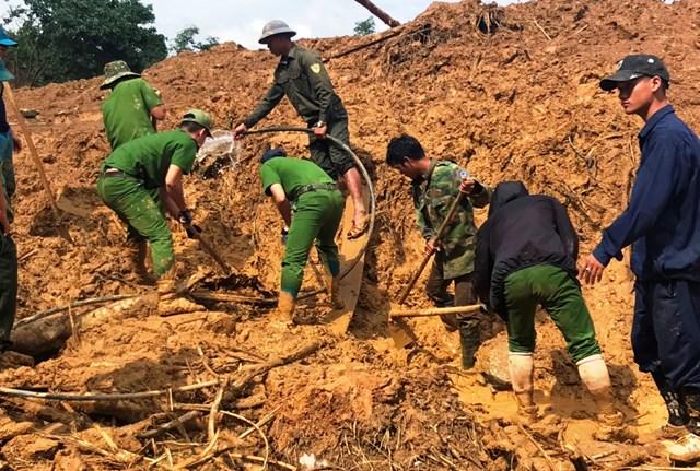 Lực lượng chức năng tạm dừng tìm kiếm nạn nhân mất tích ở xã Phước Lộc.