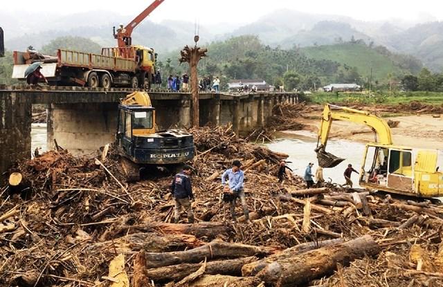 Sau lũ gỗ tràn ngập sông Nước Bua, ở xã Sơn Bua, huyện Sơn Tây, tỉnh Quảng Ngãi.