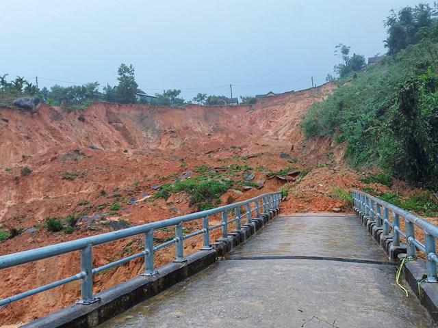 Sạt lở đất đá tại khu vực địa bàn xã Sơn Long.