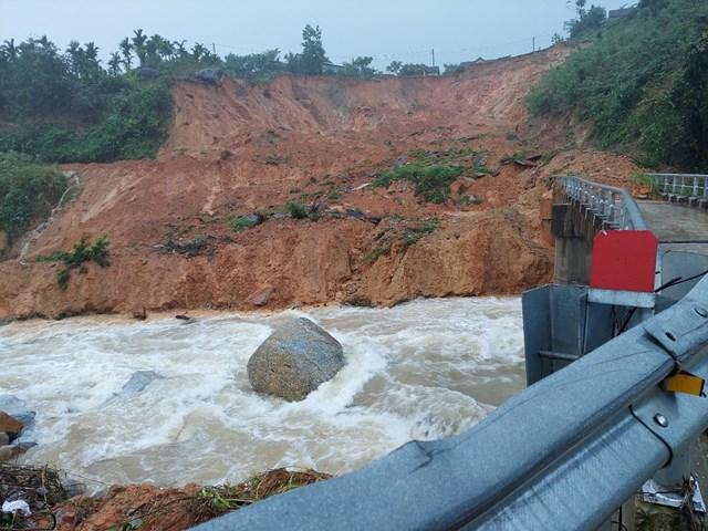 Sạt lở đất đá tràn xuống đường, đoạn qua xã Sơn Long.