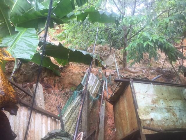 Đất đá sạt lở đe dọa 1 nhà dân ở thôn Đàng Bộ.